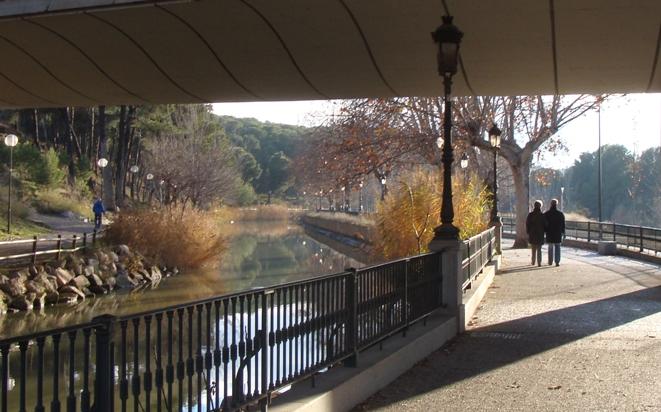 Río puente paseantes web