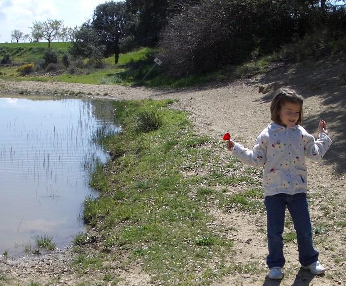 Marina en el campo con una amapola